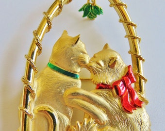 JJ Jonette Gold Tone Two Kitty's Sharing A Christmas Kiss Under The Mistletoe Brooch Pin