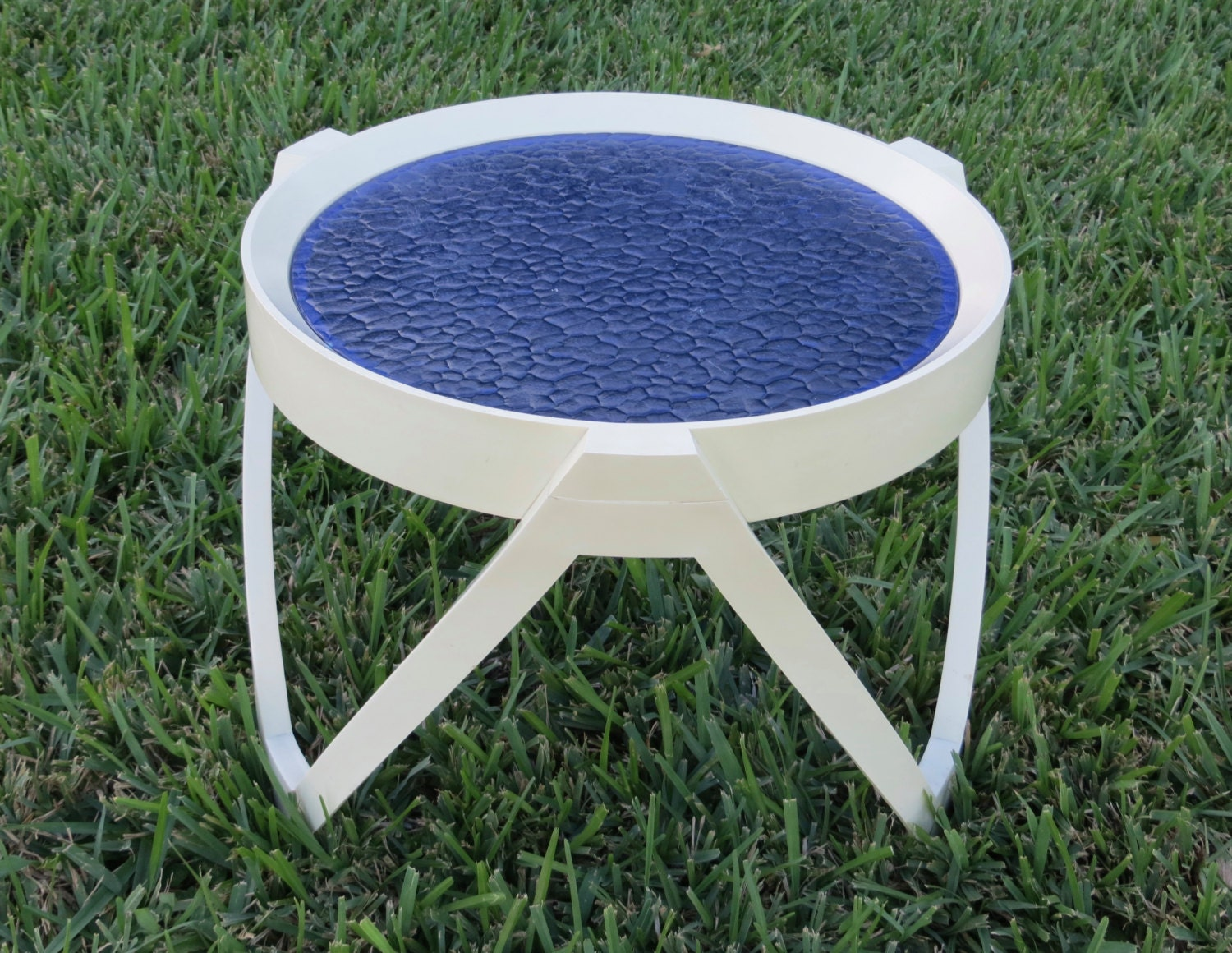 Retro small patio side table white plastic with royal blue for Outdoor round table tops for sale