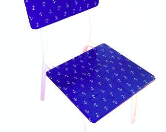 Chaise marine, chaise recyclée bois et métal, vernicollée, bleue motifs ancres marines blanches, par SophieLDesign