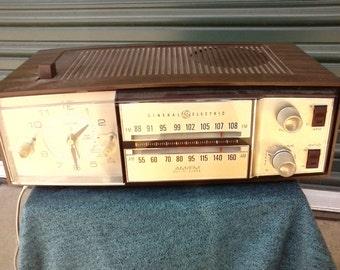 Vintage GE alarm clock radio