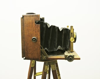 Beautiful Victor J. Lizars, Glasgow 4 x 5 wooden tropical camera with lens