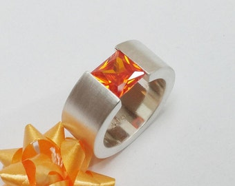 Beautiful 925 Silver ring with Crystal in Orange size 18.6, size 8.7 SR152