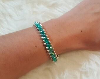 Bracciale di perline verdi e piccole perline argentate