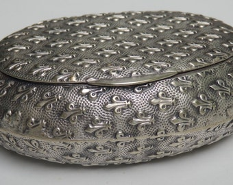 Fleur de lys box French vintage. Silver coloured plated metal. Highly decorated