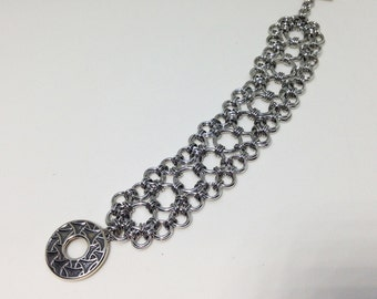 Chainmail bracelet of bright aluminum with toggle clasp