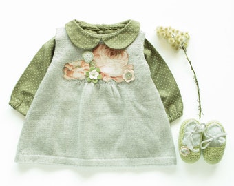 Knitted baby dress and little shoes with flowers. 100% wool. Newborn. Item unique.