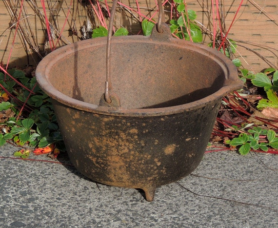 "Antique 3-legged Cast Iron Gypsy Bean Pot/Kettle.. 9.5"" Wide x 5.5"" Tall"