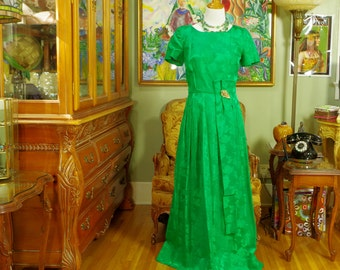 60's Emerald Green Brocade Vintage Gown . Classic Evening Dress . Spring Green Goddess Prom Formal . Wedding Party . Jewel Tone Dress . Yum