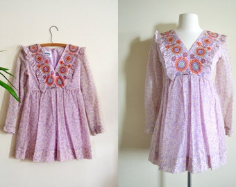 Adorable 1960s Mini Dress, Delicate Pastel Floral Print, Embroidered Detailing on Chest, Ruffle Sleeves and Trim, Mid Century Folk Dress