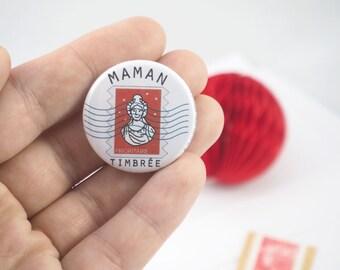 """Badge """"Maman timbrée"""", 32mm de diamètre, illustré par la Princesse aux bidouilles. Cadeau fête des mères, anniversaire,famille."""