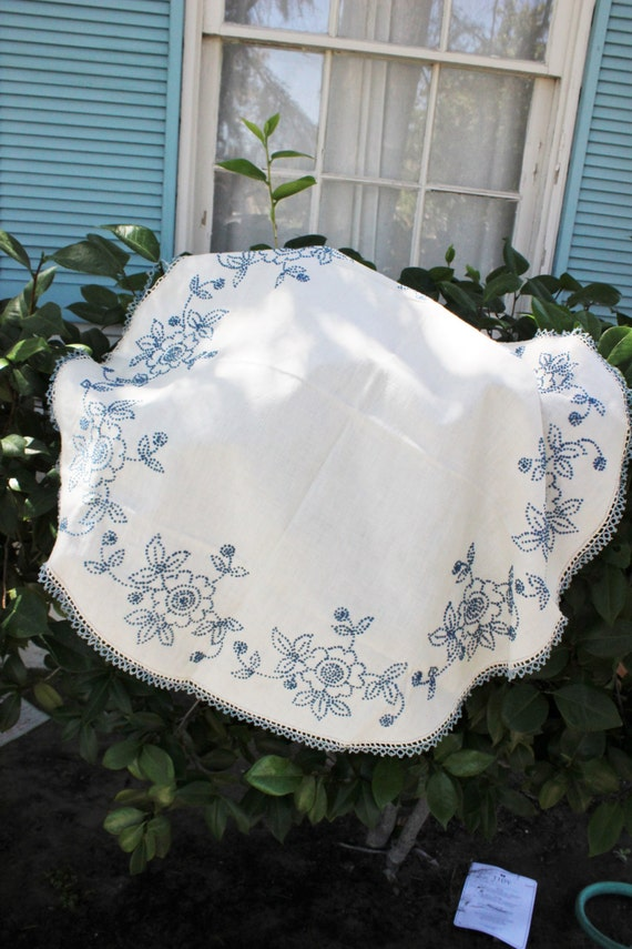 vintage 1960s round linen tablecloth blue and white small. Black Bedroom Furniture Sets. Home Design Ideas