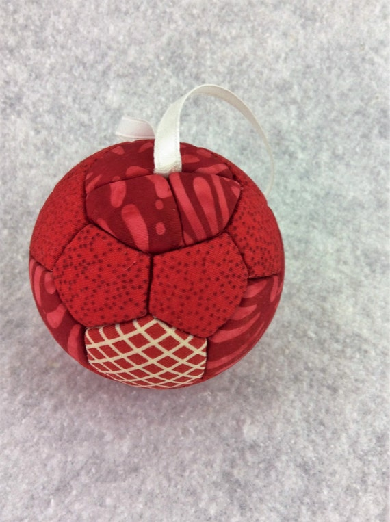 134 Grandmothers Flower Garden - Red and White Christmas ornament from a quilt pattern