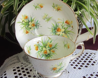 Free Shipping Hammersley 4157 with Yellow and White Daffodils Bone China Tea Cup and Saucer ca1940