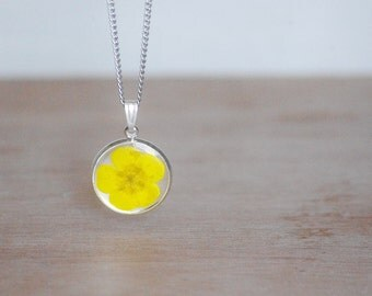 Butterblume necklace Yellow flower Buttercup flower Cabochon resin jewelry Romantic jewelry Unique pendant Gift for her Girlfriend Unique