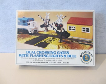 HO Bachmann Dual Crossing Gates With Flashing Lights & Bell 1443 (1979-1981) NIB