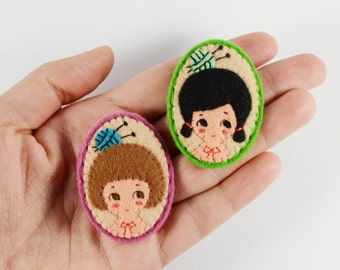 33 % vente quotidienne tricoteuse broche en feutrine / Club des tricoteuses feutre Pin / Girl Portrait broche en feutrine / Miss Love à tricoter Broche Pin fille lunatique