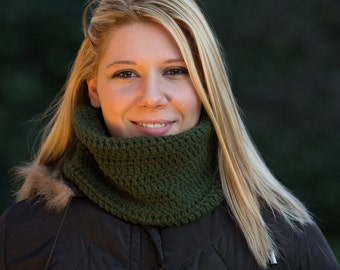 Dark green neckwarmer crochet