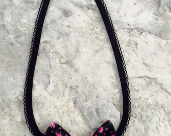 Textile necklace with bow black/pink