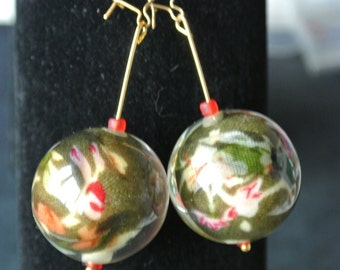 Pr of glass bauble earring in khaki & reds