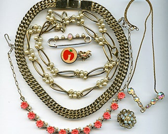 Vintage Destash (8) Jewelry Brooches Pins Necklaces Wholesale Lot rhinestones Chain Pearls Flowers 1843