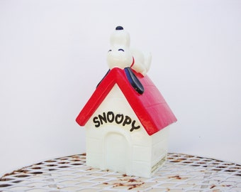 vintage peanuts snoopy dog bank doghouse