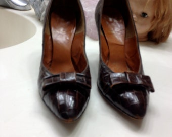brown gator heels with bow