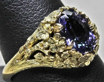 Flower ring in 18K gold set with 2.05ct  tanzanite size 8