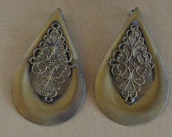 Pretty Vintage Large Brass colored Teardrop Filigree Pierced Earrings, 80's (E6)