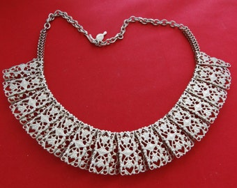 """Vintage signed SARAH COVENTRY gold tone 16.5"""" necklace in great condition, 1.25"""" wide"""