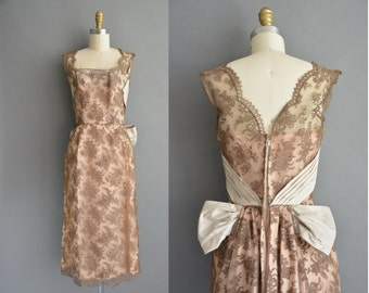 Gorgeous 50s scallop bow lace design vintage cocktail dress / vintage 1950s dress