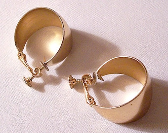 Napier Wide Bottom Hoops Clip On Screwback Earrings Gold Tone Vintage 1960s Polished Smooth Band Open Comfort Adjustable Ring Dangles