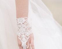 Lace Wedding Gloves - Wedding Glove - White Lace Glove - Lace Gloves - Ivory Lace Gloves - Bride Gloves - LUNETTA