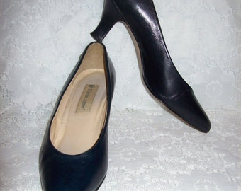 Vintage Ladies Navy Blue Leather Pumps by Etienne Aigner Size 7 1/2 Only 7 USD