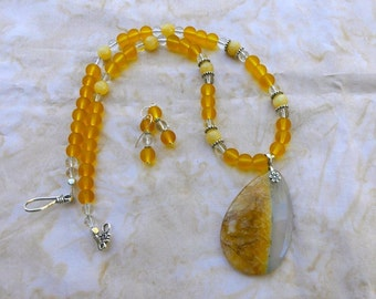 21 Inch Golden Yellow and White Agate Teardrop Necklace with Earrings