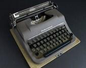 Vintage Typewriter Underwood  Correspondent Portable With Case in Working Condition