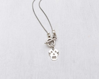 Short necklace with a skull pendant.
