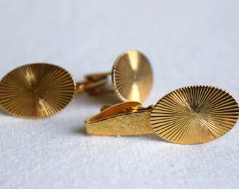 Vintage starburst cufflinks and tie clip...gold tone cuff link and tie bar set.