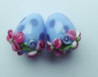 Lampwork bead set in eggshape.