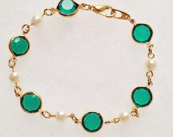Pretty Green Bezel & Pearl in Gold Linked Bracelet