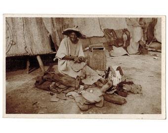 Marokko vintage glanzende foto briefkaart | Arabische schoenmaker | Marokkaanse schoenmaker | 1940s Afrikaanse briefkaart | Noord-Afrika decor