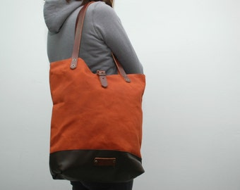 Tote bag waxed canvas, russet color, leather bottom in dark brown with  handles and closures in leather
