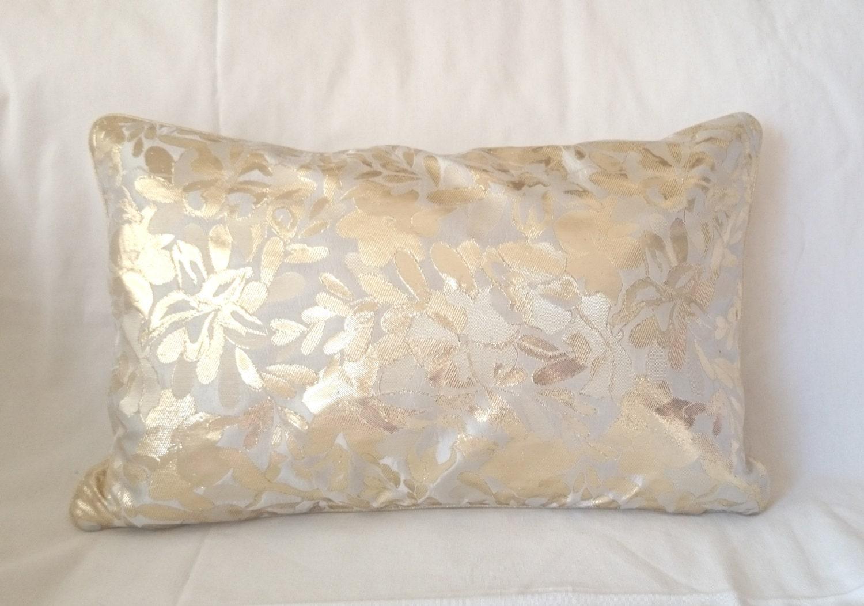 coussin rectangulaire dor et blanc cass tr s belle couleur. Black Bedroom Furniture Sets. Home Design Ideas