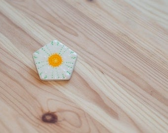White flower brooch, Flower pin brooch, White flower pin, White pin, Flower pin, Daisy brooch, Daisy pin, Chamomile pin