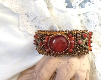 Bracelet embroidered pearls, amber and agate