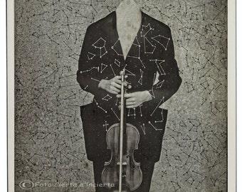 Star violinist (Fotomontaje.musica.violin.estrellas.noche.constelaciones.geometria.surrealismo.polaroid.falso vintage.) Firmamento.Percha