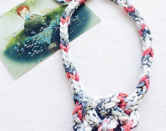 Necklace made from a knitted trapillo