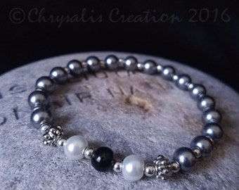 Beaded Bracelet in White, Black, and Gray - Stretch Bracelet, Glass Beads