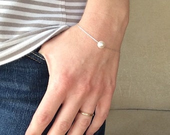 Dainty pearl bracelet Custom color single floating pearl Bridesmaid bracelet Sterling silver chain White pearl Ivory pearl Pearl solitaire