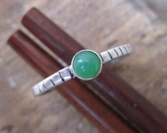 Sleek Simple silver ring pretty light green aventurine gemstone - size 7 3/