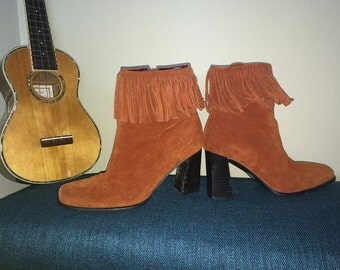 Hippie Boho Suede Leather Fringe Boots Ankle Booties Groovy Vintage 90s does 70s High Chunky Block Heel Chestnut Brown Western Indian 7-1/2